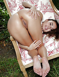 Asian beauty Li Moon flaunts her delectable body outdoors.